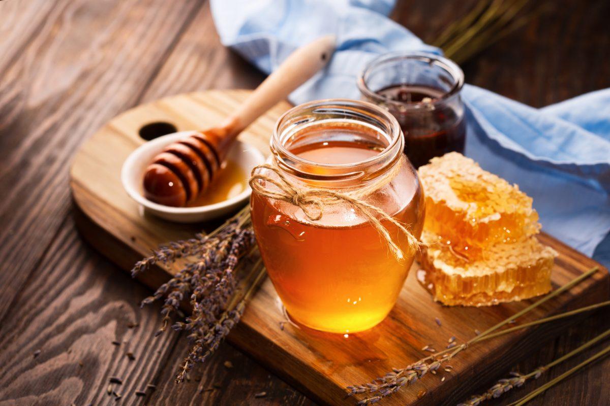 ۵ فایده ی اضافه کردن عسل به چای سبز